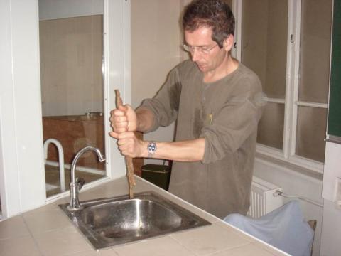 Vincent Foderer mutatja a fa készítését