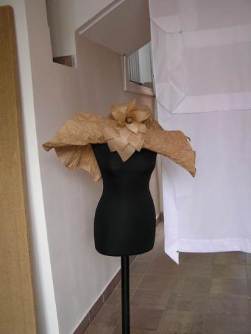 Az egyik kalapköltemény a divatbemutatóról