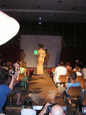Divatbemutató a 18. találkozó megnyitóján