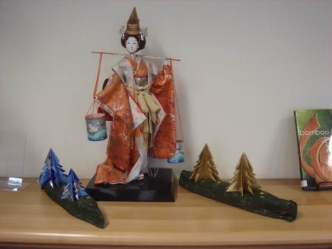 Vízhordó lány origami fenyőkkel
