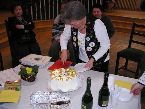Kricskovics Zsuzsanna felvágja a tortát