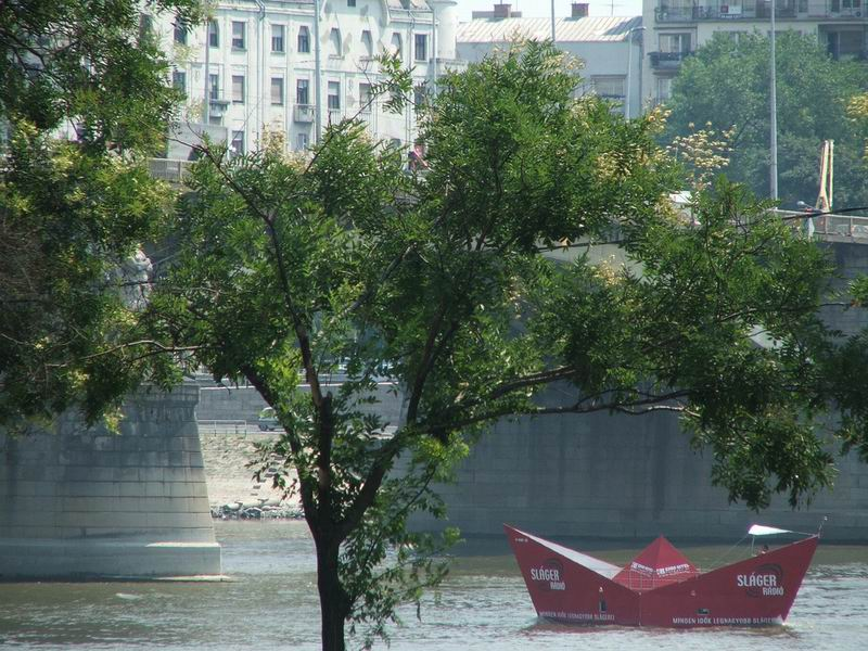 Papírhajó a Dunán