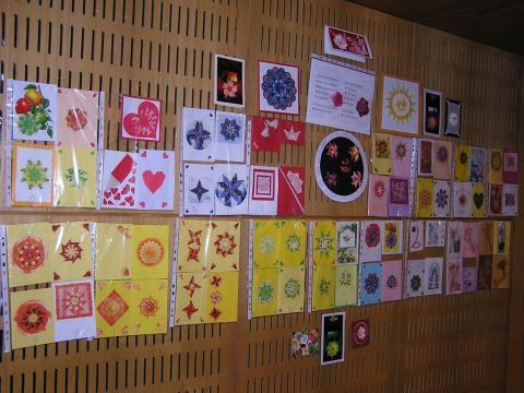 Porkoláb Rozália: Teatasakkal díszített képeslapok