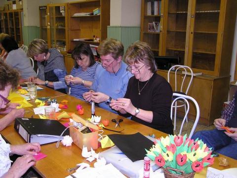 Nagy munkában a paksi origamisok