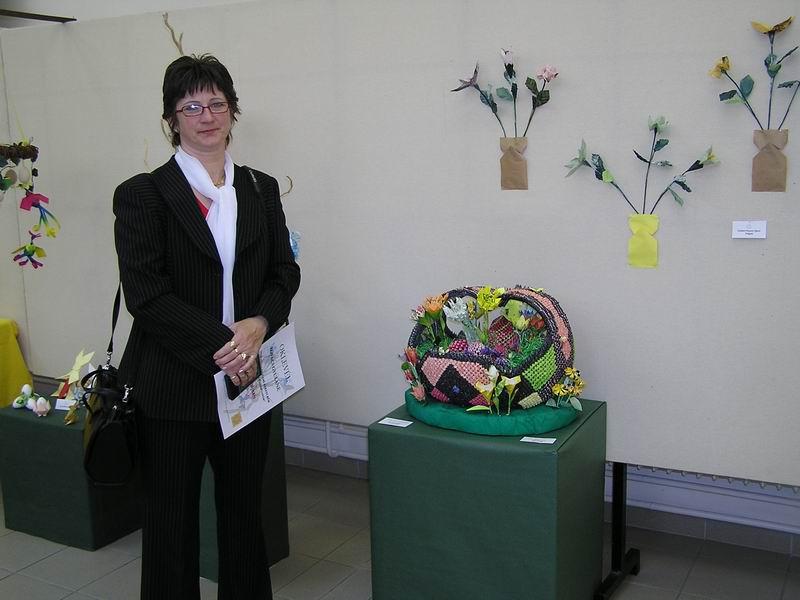 Kovács Gyuláné Erika és alkotása, a tavaszi virágkosár